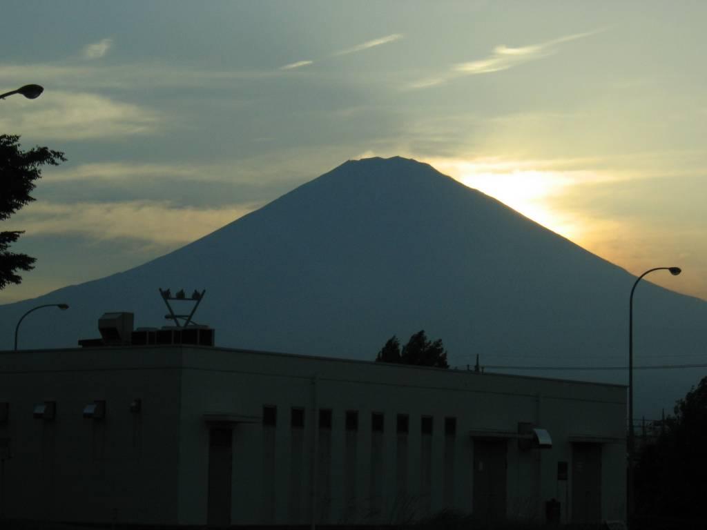 夕日に浮かぶ富士山のシルエット