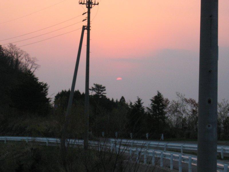 雲塊に沈む夕日