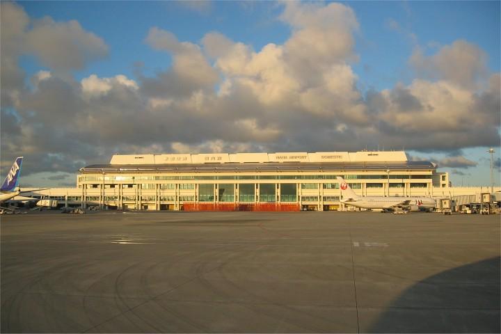 夕日を浴びる空港ビル