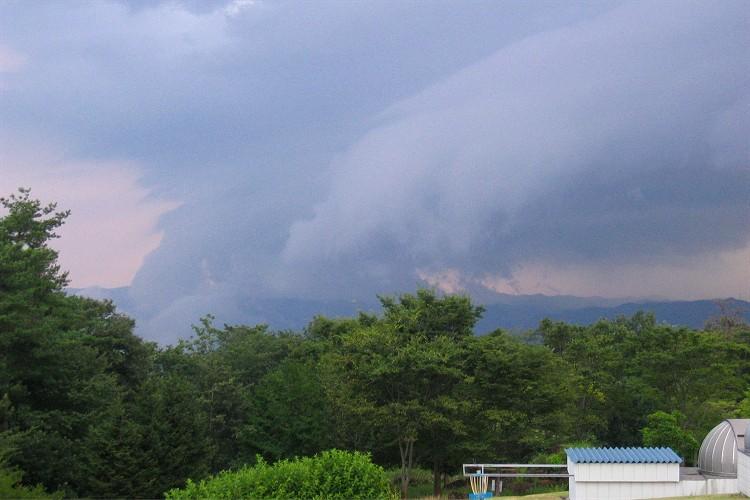 南の山に崩れかかる雲