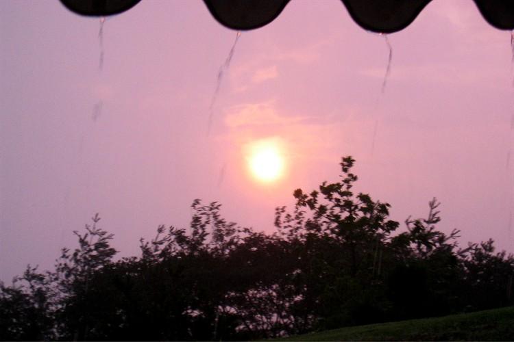 豪雨の中見えた夕日