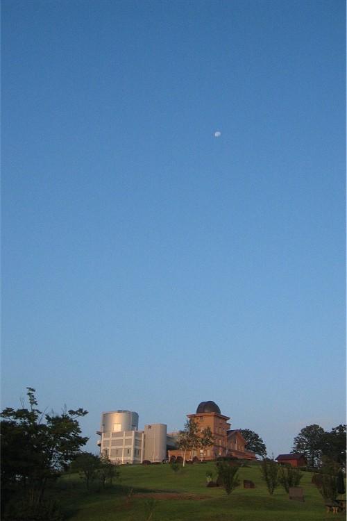 沈む月と天文台