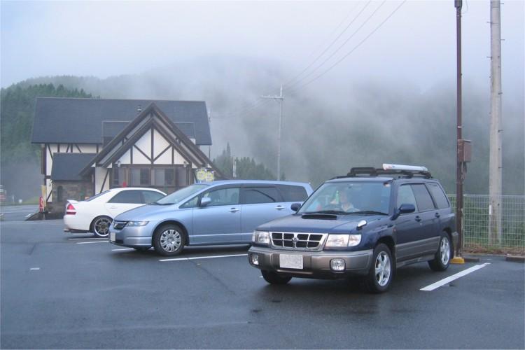 雨にけむる駐車場
