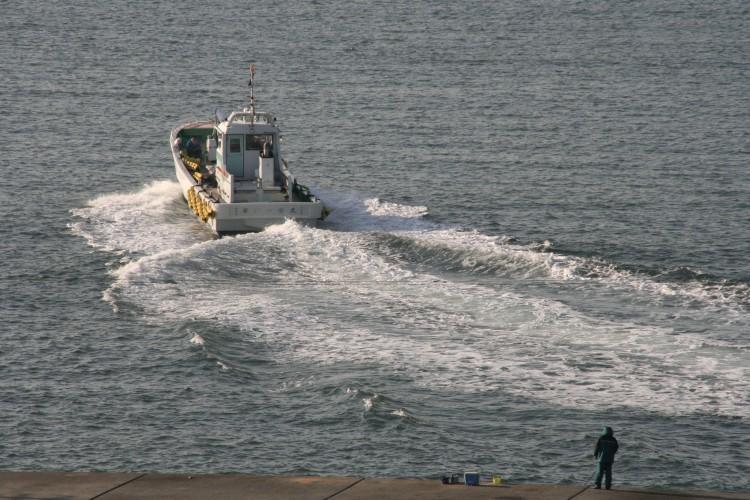 出航する漁船