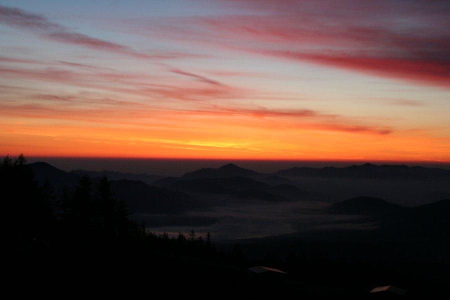 夜明け前の雲の色