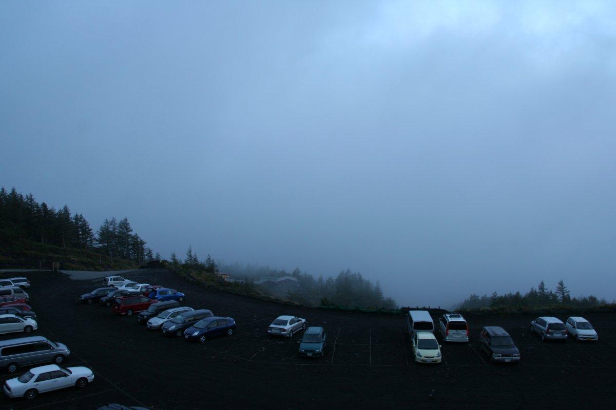 雲の中の駐車場