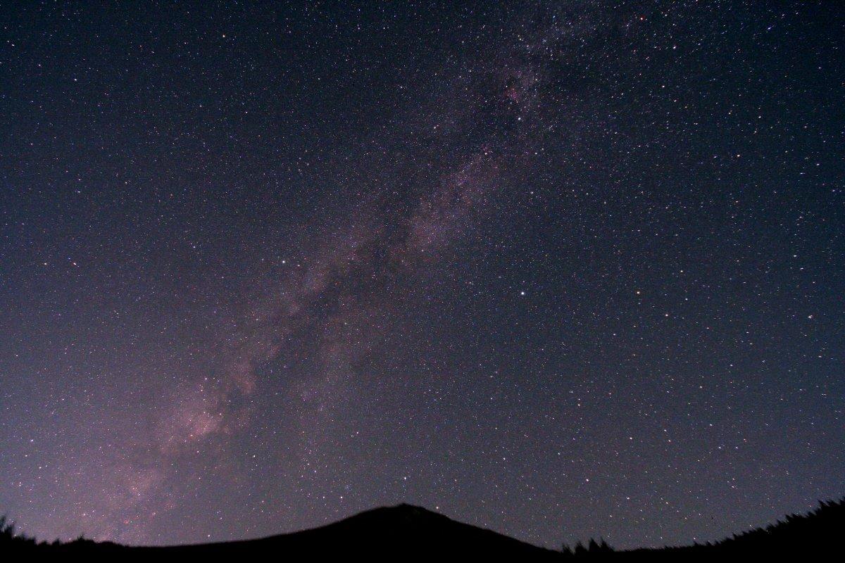 富士山頂と沈む夏の銀河