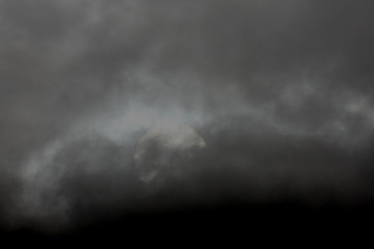 雲間の部分日蝕