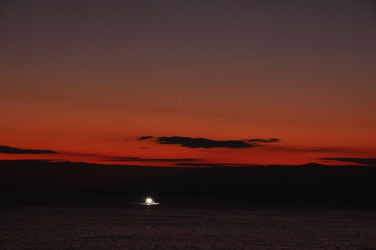 漁船と金星