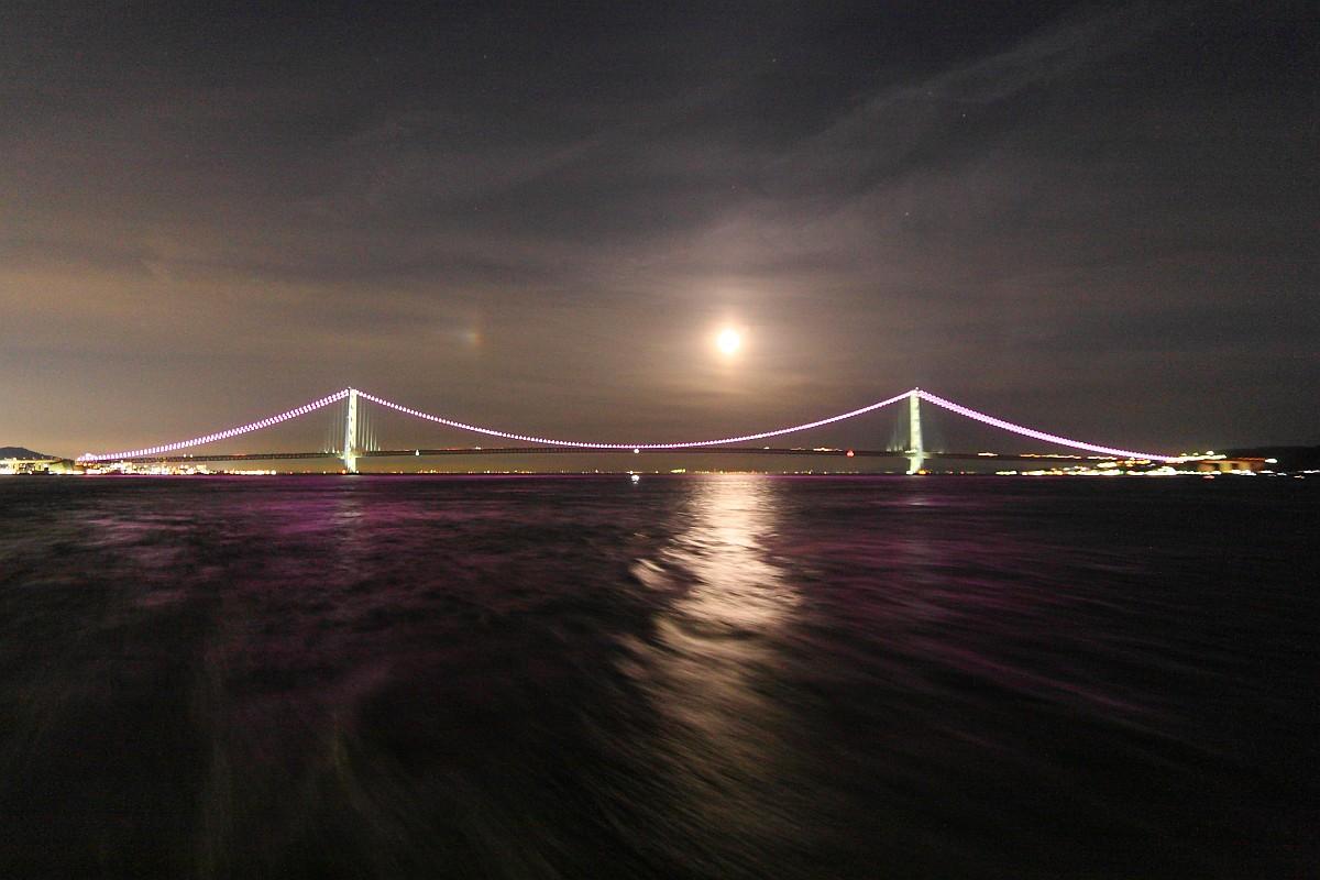 明石海峡大橋と月と幻月