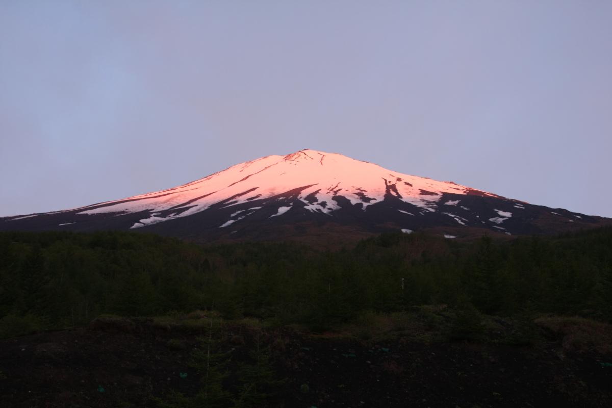 赤く染まる富士山