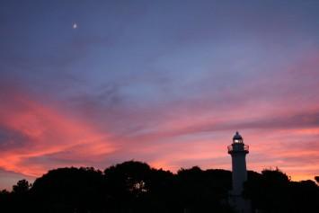 燈台と月と夕焼け